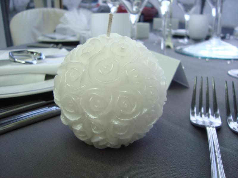 bougie de d coration de table en forme de boule de fleurs blanche. Black Bedroom Furniture Sets. Home Design Ideas