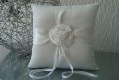 Coussin Porte-Alliance fleur et strass blanc