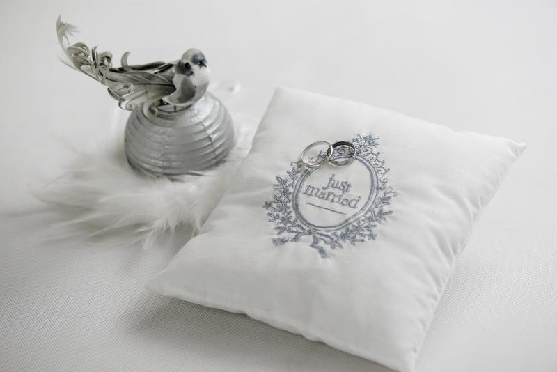 Coussin blanc et gris simple coussin blancgris x cm ida with coussin blanc et gris excellent - Coussin gris et blanc ...