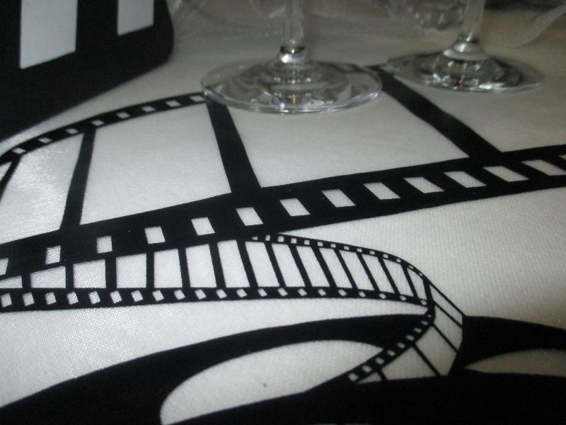 chemin de table en organdi intiss motifs cin ma. Black Bedroom Furniture Sets. Home Design Ideas